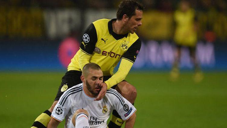 Le joueur de Dortmund Manuel Friedrich à la lutte avec l'attaquant madrilène Karim Benzema