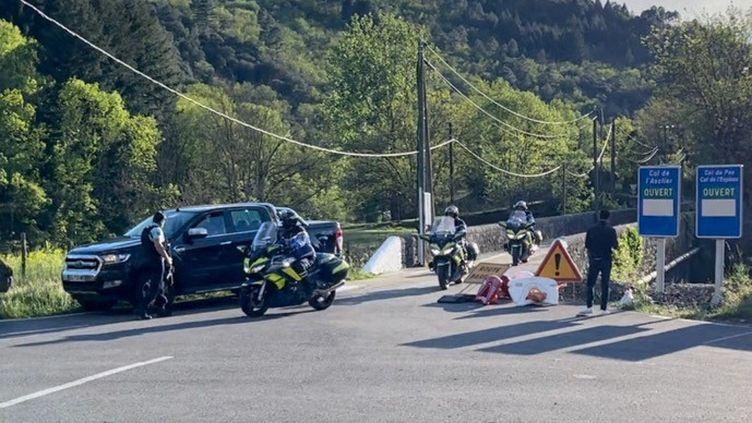 Des gendarmes mobilisés dans la traque de Valentin Marcone, suspect d'un double meurtre dans les Cévennes, le 12 mai 2021. (LUDOVIC LABASTROU / RADIO FRANCE)