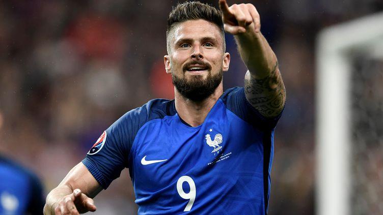Olivier Giroud célèbre l'un de ses buts lors du match France-Islande, en quartsde finale de l'Euro, le 3 juillet 2016 au Stade de France. (PHILIPPE LOPEZ / AFP)