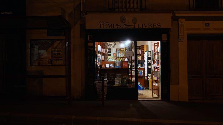 """Une librairie fait du """"click and collect"""" à Paris, le 7 novembre 2020. (MYRIAM TIRLER / HANS LUCAS)"""