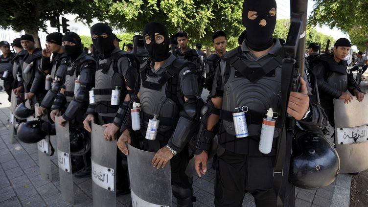 Les forces anti-émeutes tunisiennes sur l'avenueHabib Bourguiba avenue non loin de l'ambassade de France à Tunis, le 21 septembre2012 (FETHI BELAID / AFP)