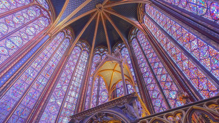 Les parois de vitraux de la Sainte-Chapelle s'élèvent à plus de 15m de haut et constituent un ensemble unique de 1113 scènes figurées tirées de la Bible  (Pascal Ducept / hemis.fr / AFP)