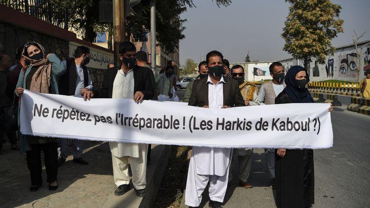 D'anciens interprètes et ouvriers de l'armée françaisemanifestent pour demanderdes visas français pour quitter l'Afghanistan en raison des menaces de mort des talibans, près de l'ambassade de France à Kaboul (Afghanistan), le 23 octobre 2020. (WAKIL KOHSAR / AFP)