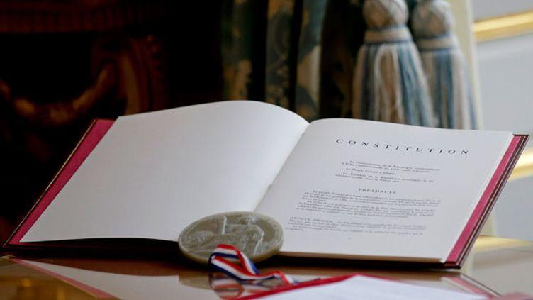 (la Constitution française exposée au palais de l'Elysée en octobre. © Maxppp)