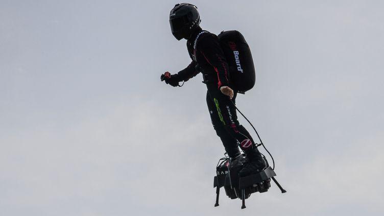 Frank Zapata sur son Flyboard Air durant un vol d'essai, à Saint-Inglevert (Pas-de-Calais), le 24 juillet 2019. (DENIS CHARLET/AFP)