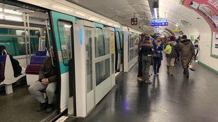 Une station du métro de la ligne 13 à Paris. (JULIEN PASQUALINI / FRANCE-INFO)