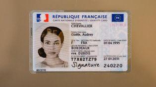 La nouvelle carte nationale d'identité française, CNI, au format d'une carte de crédit, et biométrique. (OLIVIER CORSAN / MAXPPP)