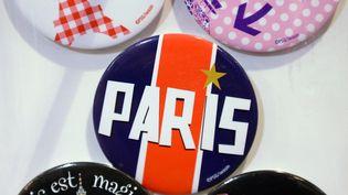 Des badges vendus à la boutique du PSG, le 16 novembre 2012, à Paris. (FRANCK FIFE / AFP)