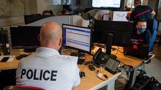 Un policier et des pompiers coopèrent en salle de crise, pour recevoir les appels à la suite de la panne nationale des numéros d'urgence, à Lille, le 3 juin 2021. (MAXPPP)