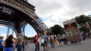 File d'attente de touristes pour visiter la Tour Eiffel à Paris, le 9 aout 2018. (MIGUEL MEDINA / AFP)