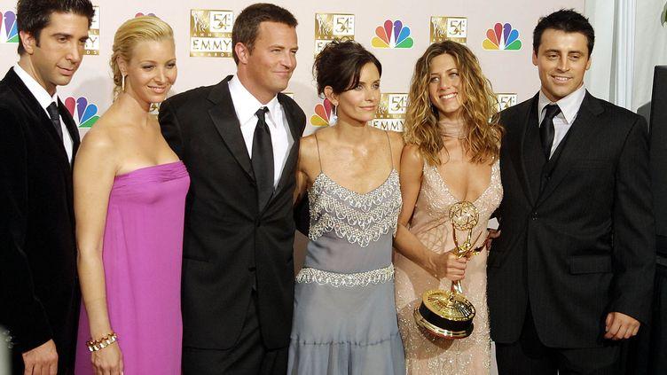 Les acteurs principaux de Friends ( de gauche à droite ) à Los Angeles le 22 septembre 2002 : David Schwimmer, Lisa Kudrow, Matthew Perry, Courteney Cox, Jennifer Aniston, Matt LeBlanc (LEE CELANO / AFP)