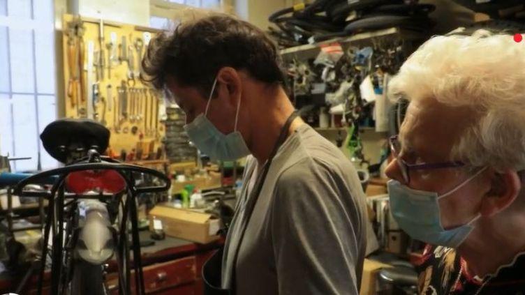 Depuis 87 ans, la famille Walas tient un magasin de vélos devenu mythique à Metz, en Moselle. (FRANCE 2)