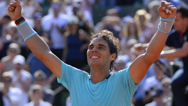 L'Espagnol Rafael Nadal célèbre sa victoire sur le Britannique Andy Murray, le 6 juin 2014, en demi-finale à Roland-Garros. (JULIEN CROSNIER / AFP)