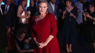 """L'actrice Carrie Fisher pose après la projection du """"Réveil de la Force"""", l'épisode VII de la saga """"Star Wars"""", à Londres (Royaume-Uni), le 16 décembre 2015 (JOEL RYAN/AP/SIPA / AP)"""