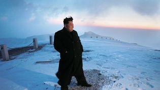Le dirigeant nord-coréen Kim Jong-un au sommet enneigé du Mont Paektu (Corée du Nord), sur une photo prise le 18 avril 2015 et diffusée le 20 avril 2015 par les médias officiels. (KNS / KCNA / AFP )