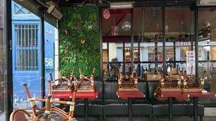 Un bar vide à Paris, le 10 octobre 2020. (JEROME LEBLOIS / HANS LUCAS / AFP)