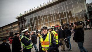 Des agents de police surveillent le parvis de la gare centrale, à Cologne (Allemagne), le 10 janvier 2016. (MAJA HITIJ / DPA / AFP)