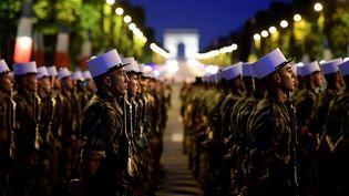 Des soldats de la Légion étrangèrerépètent avant le défilé sur les Champs-Elysées, le 10 juillet 2017 à Paris. (MARTIN BUREAU / AFP)