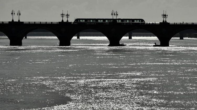 Un tramway sur un pont de Bordeaux (Gironde), le 10 octobre 2019. (GEORGES GOBET / AFP)