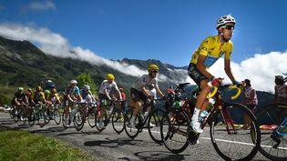 Fabio Aru, de l'équipe Astana, avec son maillot jaune, lors de la 13e étape du Tour de France 2017, en Ariège entre Saint-Girons et Foix, le 14 juillet 2017. (DAVID STOCKMAN / BELGA MAG / AFP)