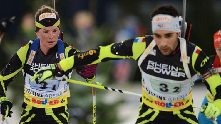 Marie Dorin-Habert passe le relais à Martin Fourcade lors d'un relais mixte (PATRIK STOLLARZ / AFP)