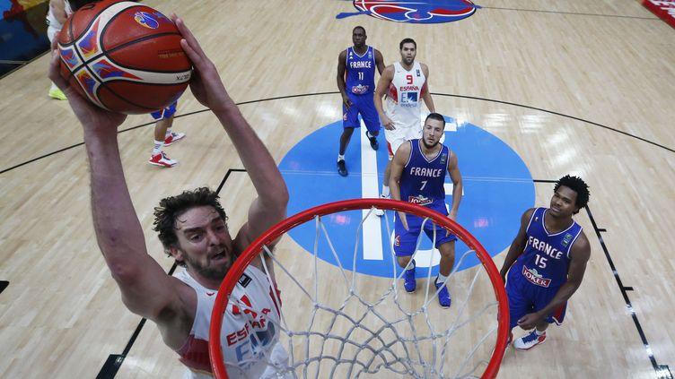 L'Espagnol Pau Gasol marque lors de la demi-finale de l'Eurobasket contre la France, à Lille (Nord), le 17 septembre 2015. ( AFP )