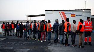 Après avoir traversé la Méditerranée, des migrants font la queue au port de Motril en Espagne, le 22 juin 2018. (JON NAZCA / REUTERS)