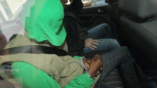Ahmed A., le ravisseur présumé de Rifki, dans une voiture de police à Libourne (Gironde), le 16 août 2015. (MAXPPP)