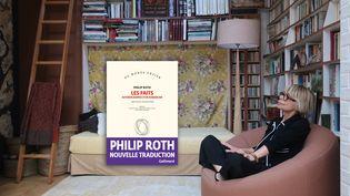 """La traductrice Josée Kamoun, chez elle à Paris le 22 juin 2020, et la couverture de sa nouvelle traduction du roman de Philip Roth, """"Les Faits"""" publié aux éditions Gallimard (Laurence Houot / FRANCEINFO Culture)"""