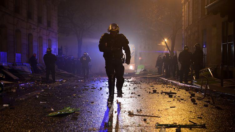 """Des policier lors des manifestations des """"gilets jaunes"""" à Paris, au soir du 1er décembre 2018. (LUCAS BARIOULET / AFP)"""
