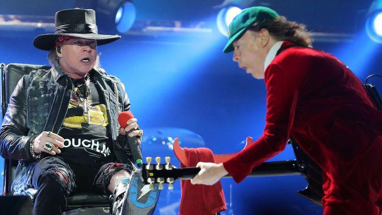 Axl Rose et Angus Young de AC/DC le 7 mai 2016 à Lisbonne.  (Armando Franca/AP/SIPA)