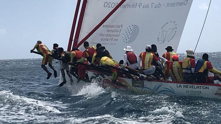 La yole de Martinique fait partie du patrimoine de l'île : c'est une embarcation où la cohésion de l'équipage est primordiale pour éviter le chavirage. (JÉRÔME VAL / FRANCE-INFO)