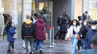 Des passants devant des magasins à Mulhouse, en décembre 2020. (JEAN-FRAN?OIS FREY / MAXPPP)