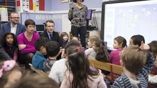 Emmanuel Macron a fait de l'éducation l'une des priorités de sa campagne présidentielle, ici lors de la visite d'une école en janvier 2017. (SOAZIG DE LA MOISSONNIERE  / MAXPPP)