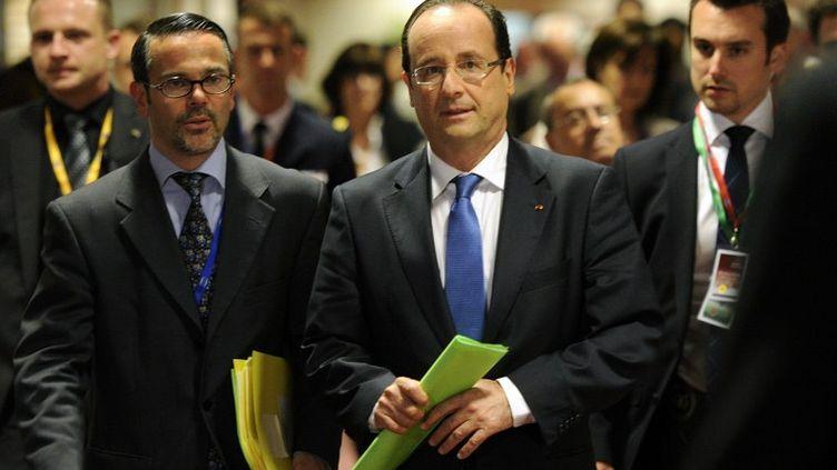 François Hollande arrive à la conférence de presse donnée à l'issue du sommet européen informel dans la nuit du 23 au 24 mai 2012, à Bruxelles (Belgique). (JOHN THYS / AFP)