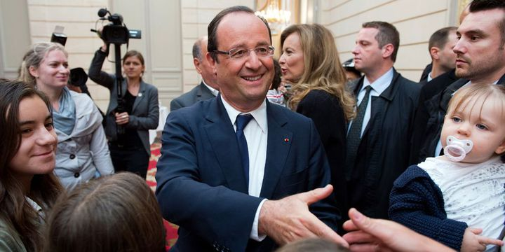 François Hollande salue des visiteurs au palais de l'Élysée, lors des Journées du patrimoine (14 septembre 2013)  (Lionel Bonaventure / AFP)