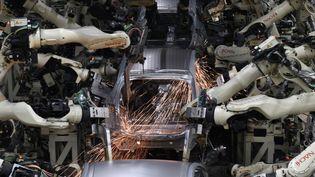 L'arrivée de robots constitue une révolution dans les usines automobiles. Exemple dans une usine Toyota au Japon. (TOSHIFUMI KITAMURA / AFP)
