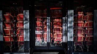 Illustration d'un restaurant fermé à Paris en raison du deuxième confinement, le 12 novembre 2020. (STEPHANE DE SAKUTIN / AFP)