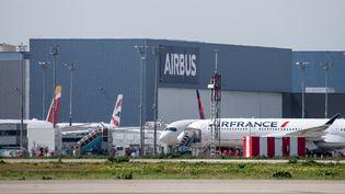 Un avion de la compagnie Air Francevisible depuis le tarmac de l'aéroport de Toulouse-Blagnac, le 1er avril 2020. (FREDERIC SCHEIBER / HANS LUCAS / AFP)