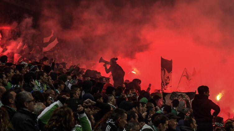 Des supporters de Saint-Etienne, le 5 novembre 2017. (JEFF PACHOUD / AFP)