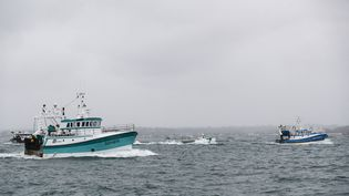 Des bateaux de pêche français au large de l'île anglo-normande de Jersey, le 6 mai 2021. (SAMEER AL-DOUMY / AFP)