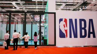 Leprotocole sanitaire anti-Covid que la NBA souhaite imposer pour la prochaine saison régulière s'annonce particulièrement contraignant pour les basketteurs non-vaccinés. (STR / AFP)