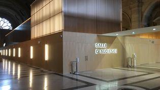 La salle d'audience construite pour le procès du 13 novembre 2015, dans la salle des pas perdus du palais de justicede l'île de la Cité, à Paris. (CATHERINE FOURNIER / FRANCE INFO)