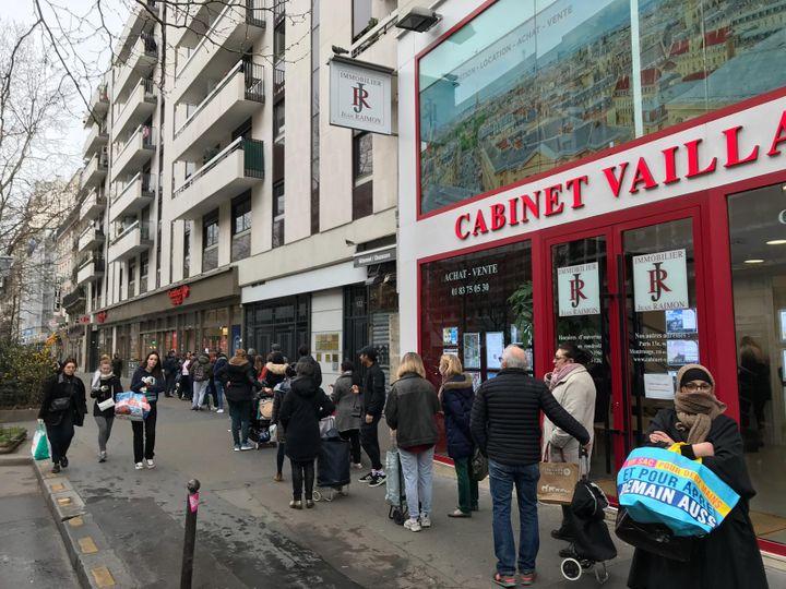 Une file d'attente pour pouvoir rentrer dans un supermarchédu 14e arrondissement de Paris, le 16 mars 2020. (LEO TESCHER / RADIO FRANCE)
