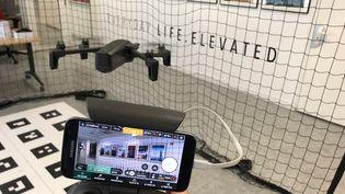 Le nouveau drone Anafi de Parrot se pilote à l'aide d'une télécommande dédiée et d'un smartphone qui sert d'écran de retour (JEROME COLOMBAIN / RADIO FRANCE)