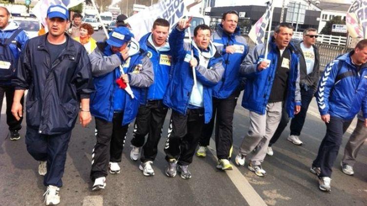 Des ouvriers ArcelorMittal du site de Florange (Moselle) sur la route, le 5 avril 2012. (YVES JUNQUA / FRANCE 2)