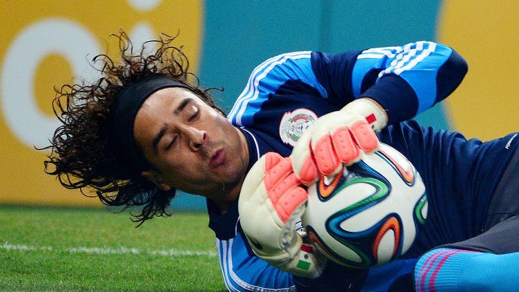Le gardien de but mexicain Guillermo Ochoa arrête une frappe lors du match contre le Brésil, mardi 17 juin à Fortaleza. (YURI CORTEZ / AFP)