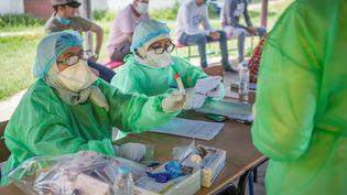 Le personnel soignant de l'hôpital de Rabat note les informations relativesaux sujets marocains testés positifs au Covid-19, le 27 mai 2020. (FADEL SENNA / AFP)