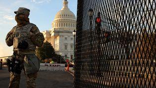 Un membre de la Garde nationale est vu près du Capitole à Washington (Etats-Unis), le 14 janvier 2021, à quelques jours de l'investiture de Joe Biden. (CHIP SOMODEVILLA / GETTY IMAGES NORTH AMERICA / AFP)