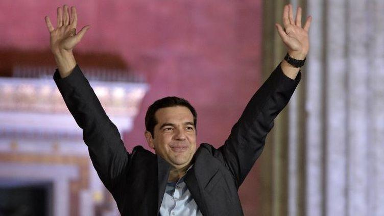 Alexis Tsipras, leader de Syriza, salue ses partisans dimanche 25 janvier 2015, à l'annonce de sa victoire aux législatives. (LOUISA GOULIAMAKI / AFP)